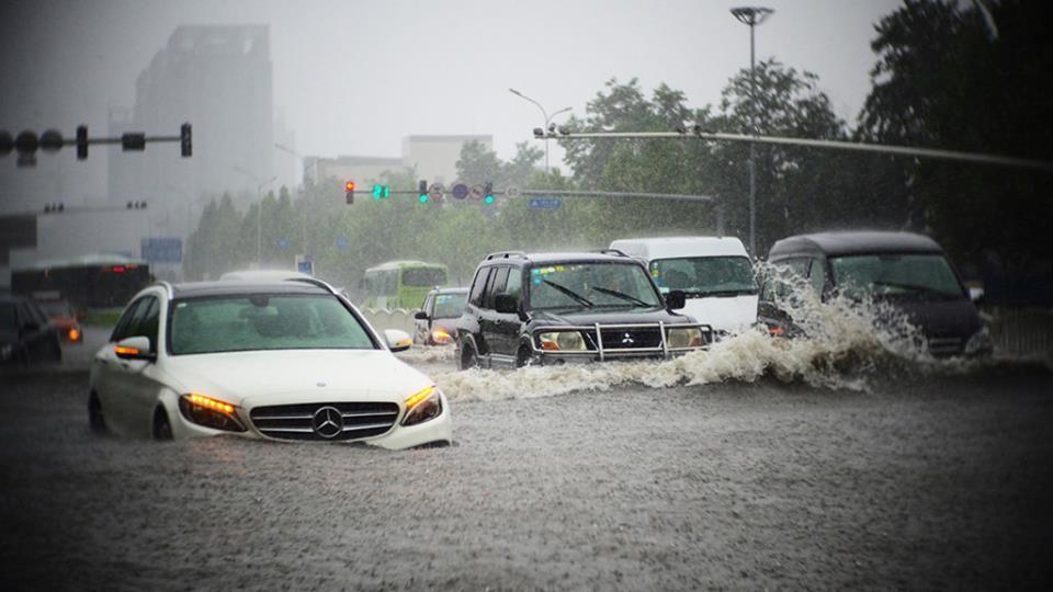 Biển nước mùa mưa, ô tô lội nước như thế nào cho đúng cách?