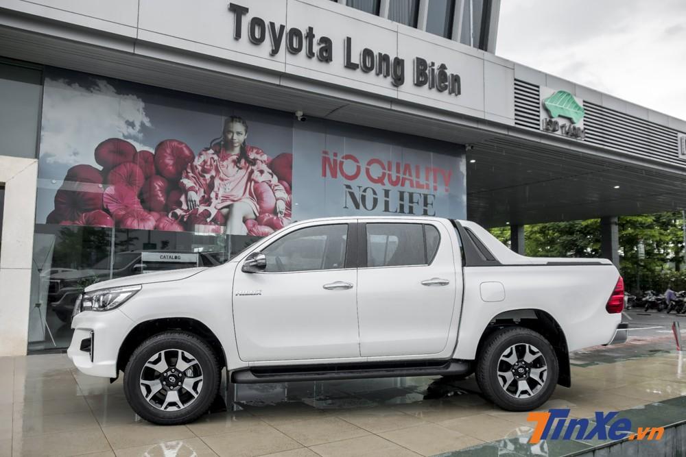 Toyota Hilux 2.8G AT 4x4 sở hữu kích thước DxRxC tương ứng 5330 x 1855 x 1815mm cùng chiều dài trục cơ sở 3.085mm.
