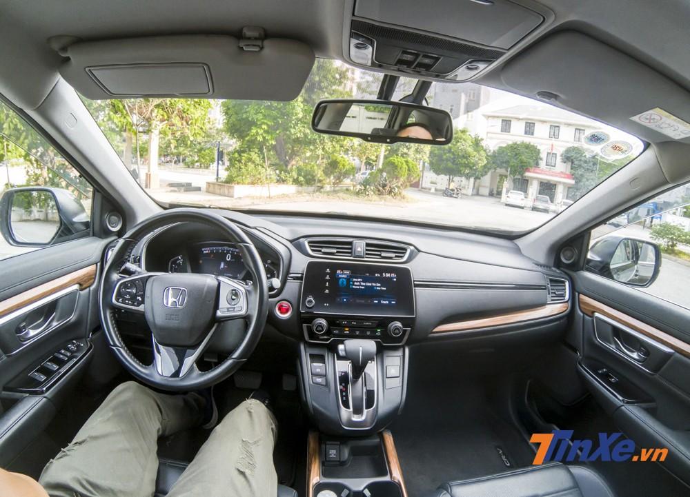 Không gian nội thất của Honda CR-V Turbo 2018 khá lịch sự với nội thất da cùng một số chi tiết ốp vân gỗ.