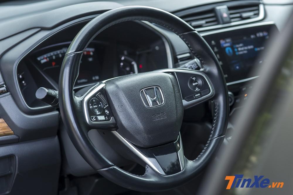 Vô-lăng ba chấu bọc da rất đặc trưng của Honda cùng hàng loat nút bấm. Trong đó nổi bật nhất phải nói đến tính năng Cruise Control.