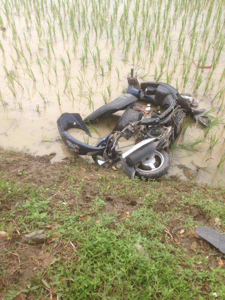 Chiếc xe máy bị hỏng nặng, nằm dưới ruộng lúa