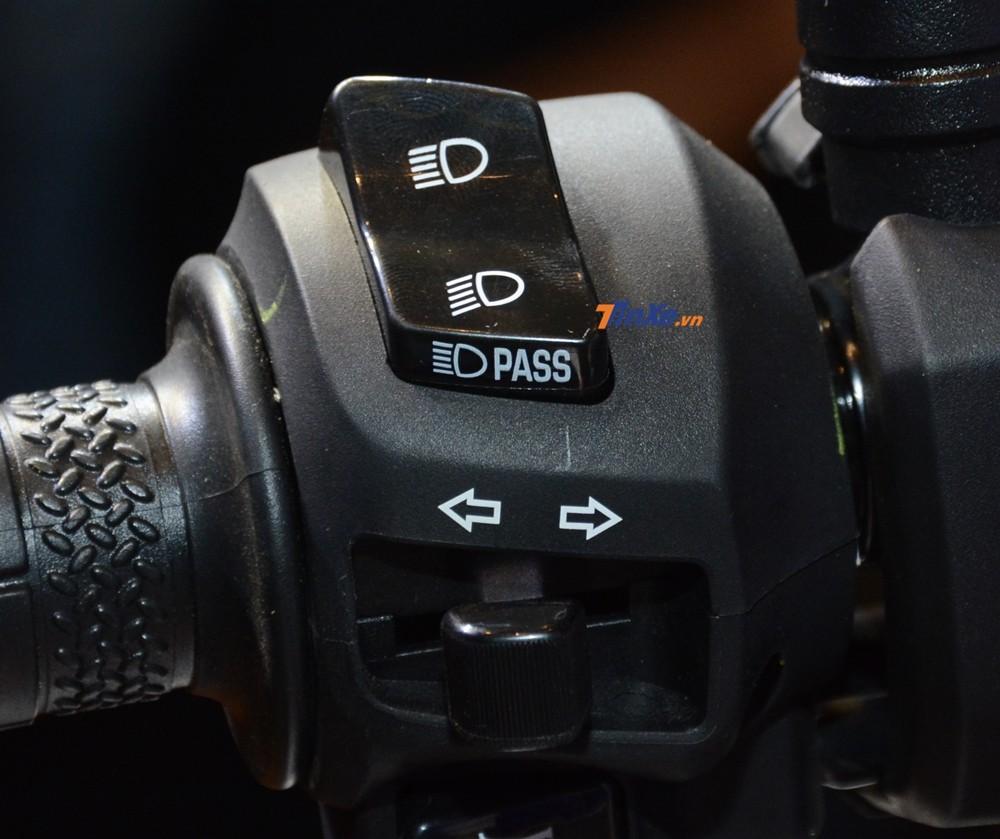 Và nút đèn Passing tích hợp ngay trên nút đèn pha và cốt. Phía dưới vẫn là công tắc đèn xi-nhan