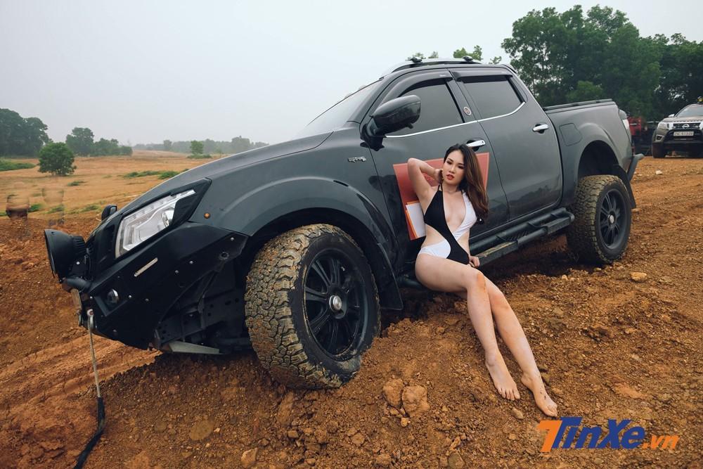"""Chân dài Việt """"vầy bùn"""" cùng xe bán tải - 4"""