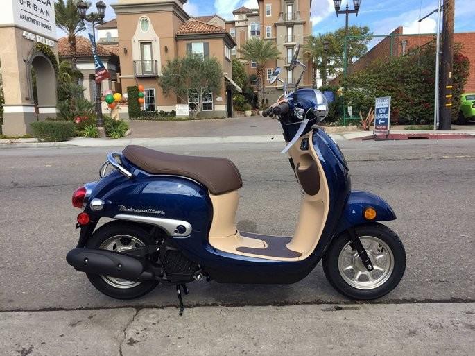 Màu xanh trên chiếc Scooter Honda Metropolitan.