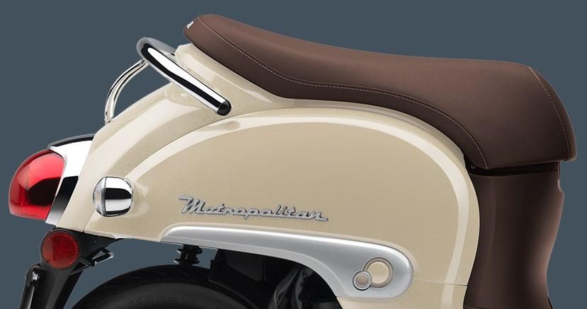 Màu trắng ngà trên chiếc Scooter Honda Metropolitan.