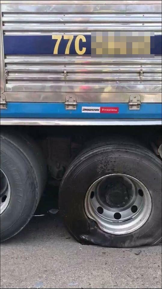 Một lốp của chiếc ô tô tải bị thủng lốp