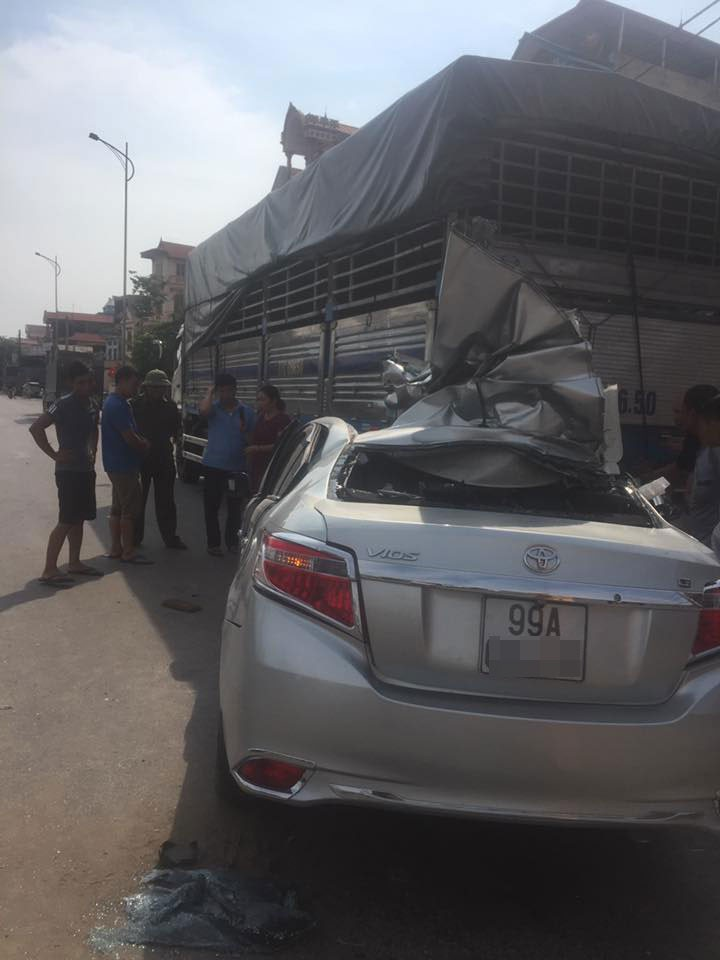 Chiếc Toyota Vios đâm vào đuôi xe tải đang dừng bên đường