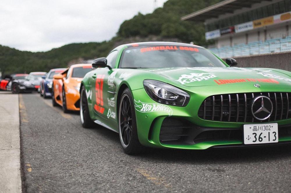 Mercedes-AMG GT-R của Nhật Bản và phía sau là hàng trăm siêu xeđủ chủng loại