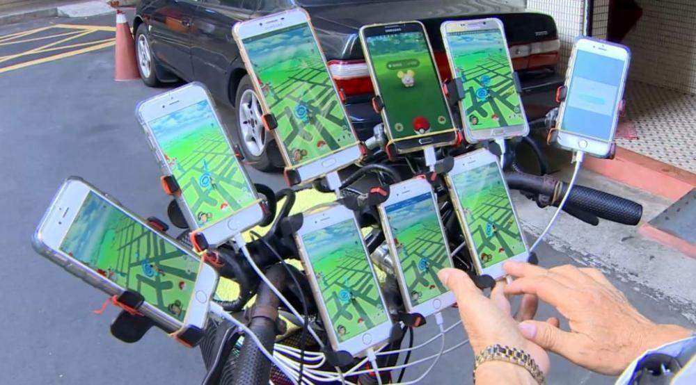 Ông Chen bố trí tới 9 chiếc smartphone trên tay lái xe đạp