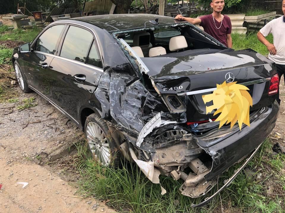 Chiếc Mercedes-Benz E400 bị vỡ góc đuôi xe bên trái