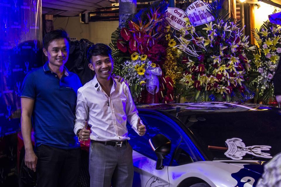 Minh Nhựa cùng người bạn thân là ông chủ công ty nhập khẩu siêu xe quận 5, Tp.HCM tại buổi khai trương quán trà sữa của vợ người này