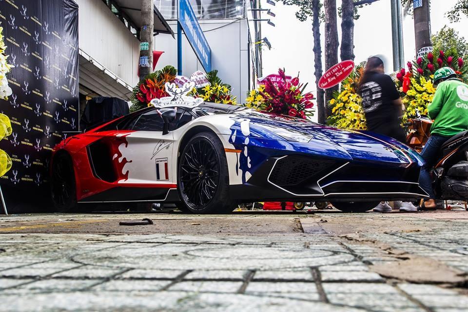 Lamborghini Aventador LP750-4 SV của Minh Nhựa được trưng bày tại quán trà sữa vào ngày hôm qua