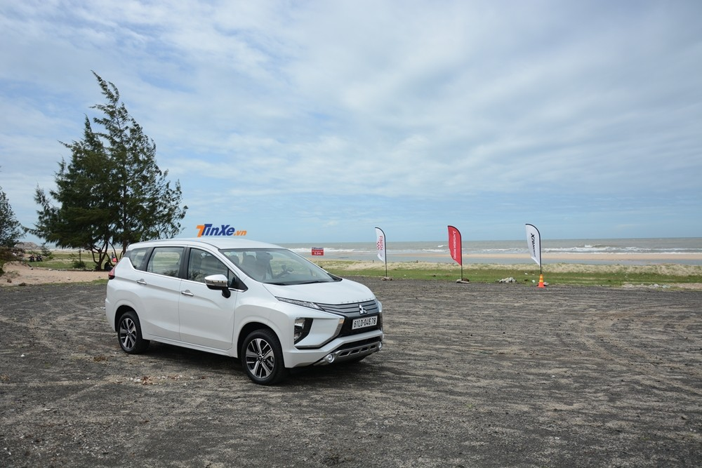 Phần đầu xe khiến nhiều người liên tưởng Mitsubishi Xpander 2018 có thiết kế giống với các mẫu xe tương lai. Đèn pha halogen đặt vị trí thấp