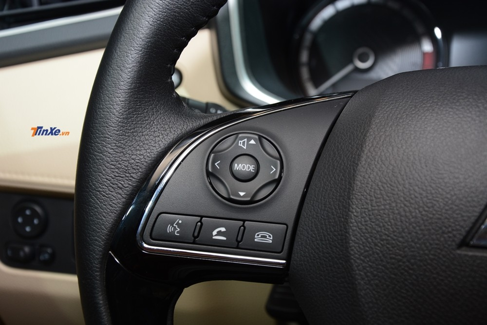 Vô lăng tích hợp thêm các nút như điều khiển âm thanh và điện thoại rảnh tay tiện lợi