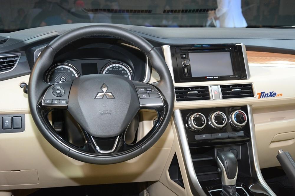 Nội thất Mitsubishi Xpander 2018 đơn giản với ghế bọc nỉ, vô lăng và cần số bản tự động bọc thêm da