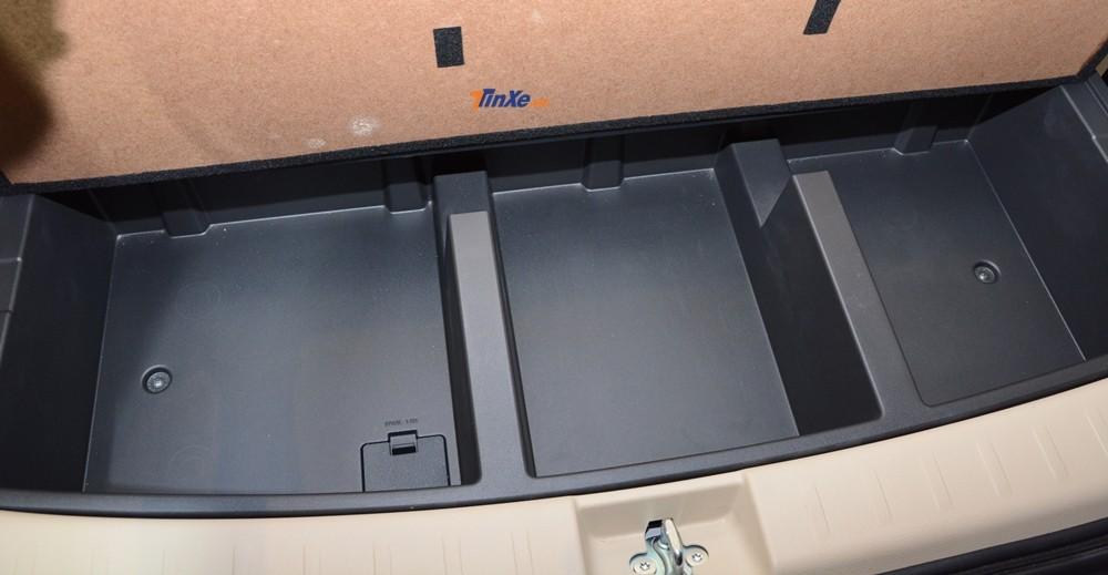 Phía dưới khoang hành lý Mitsubishi Xpander 2018 có thêm các ngăn chứa đồ được chia thành 3 vùng riêng biệt