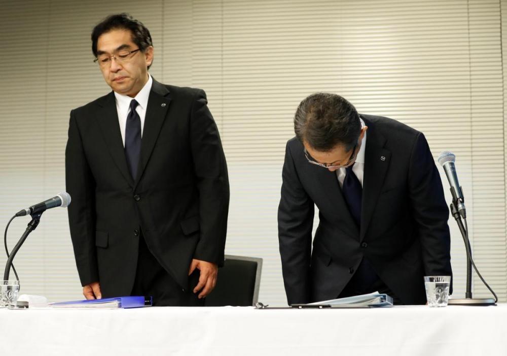 Giám đốc Kiyotaka Shobuda (phải) và giám đốc Takeshi Mukai của Mazda Motorcúi đầu xin lỗi trong buổi họp báo tại Tokyo ngày 9 tháng 8 năm 2018