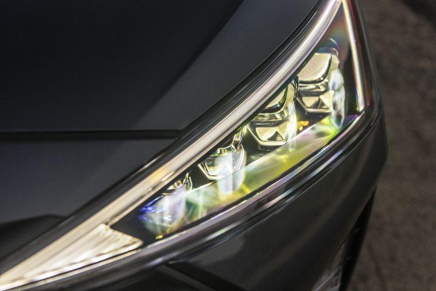 Cận cảnh cụm đèn pha hình tam giác mới của Hyundai Elantra 2019