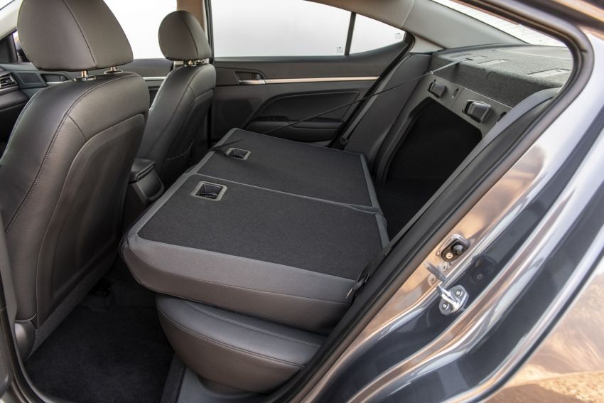 Hàng ghế sau có thể gập xuống của Hyundai Elantra 2019