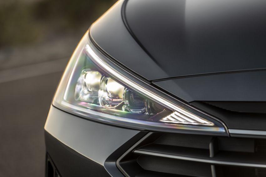 Đèn pha ăn sâu vào trong lưới tản nhiệt của Hyundai Elantra 2019