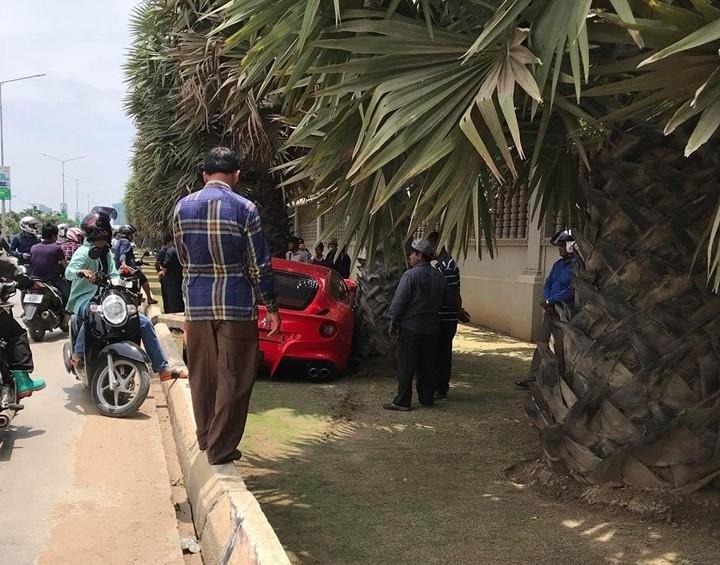 Vụ tai nạn siêu xe Ferrari F12 Berlinetta màu đỏ tại Campuchia thu hút khá đông sự chú ý của người đi đường