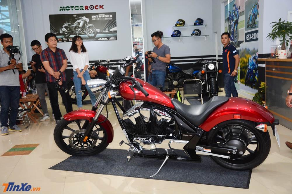 Thiết kế mang dáng dấp chopper cổ điển cùng khối động cơ 1.312 phân khối, Honda Fury 2018 là chiếc mô tô khủng dành cho những biker cá tính.