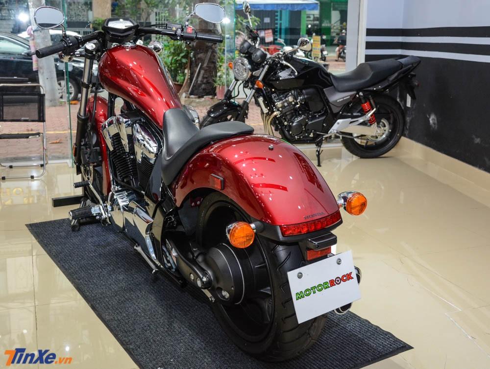 Honda Fury đời 2018 đầu tiên Việt Nam vẫn mang màu sơn đỏ Dunhill đặc trưng của hãng Honda.