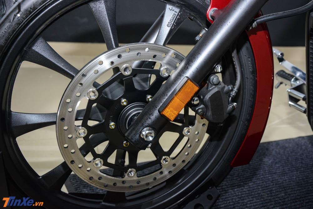 Honda trang bị cho mẫu chopper cổ điển của mình phanh đĩa đơn cho cả 2 bánh với đĩa trước có đường kính 336 mm đi kèm kẹp phanh 2 piston