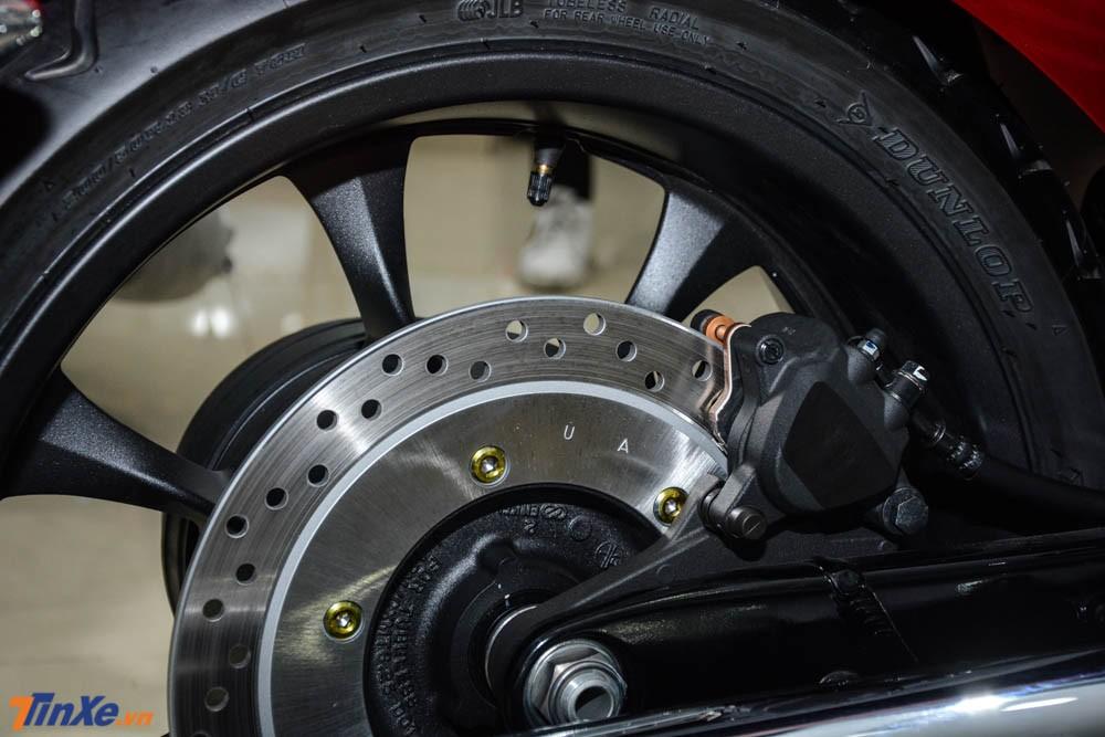 Và đĩa sau có đường kính 296 mm đi kèm kẹp phanh piston đơn