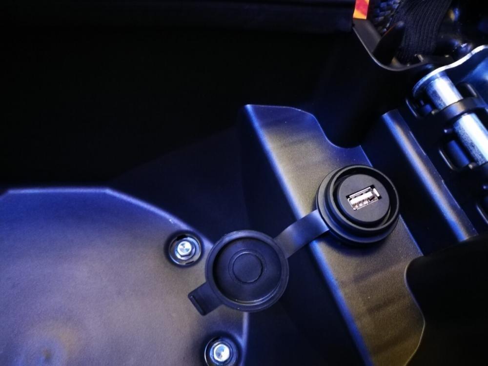 Cổng sạc USB bên trong cốp xe