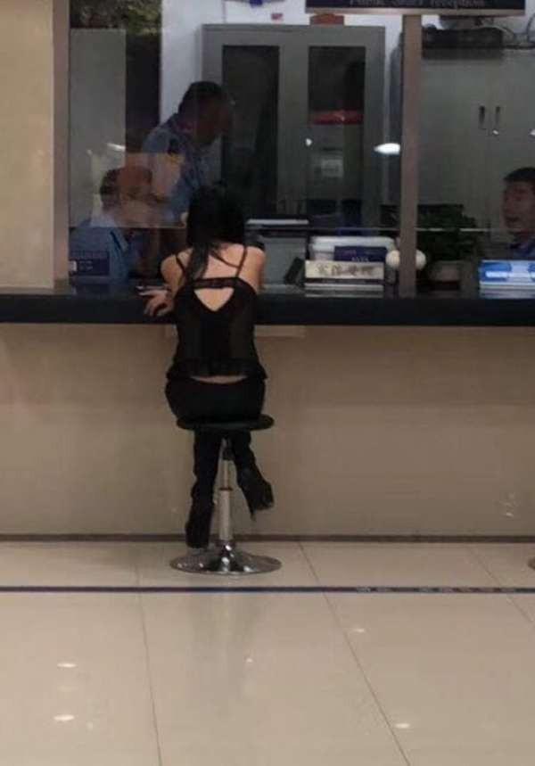 Cô gái xinh đẹp tại đồn cảnh sát