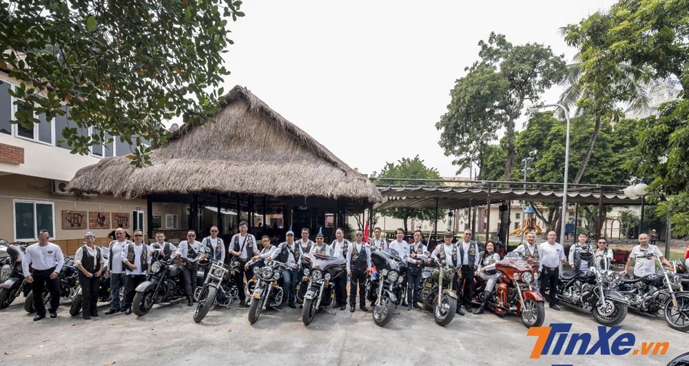 Những biker thuộc nhóm Harley-Davidson Hanoi Free Chapter sẽ làm nhiệm vụ đi đón hai chiếc cúp danh giá.