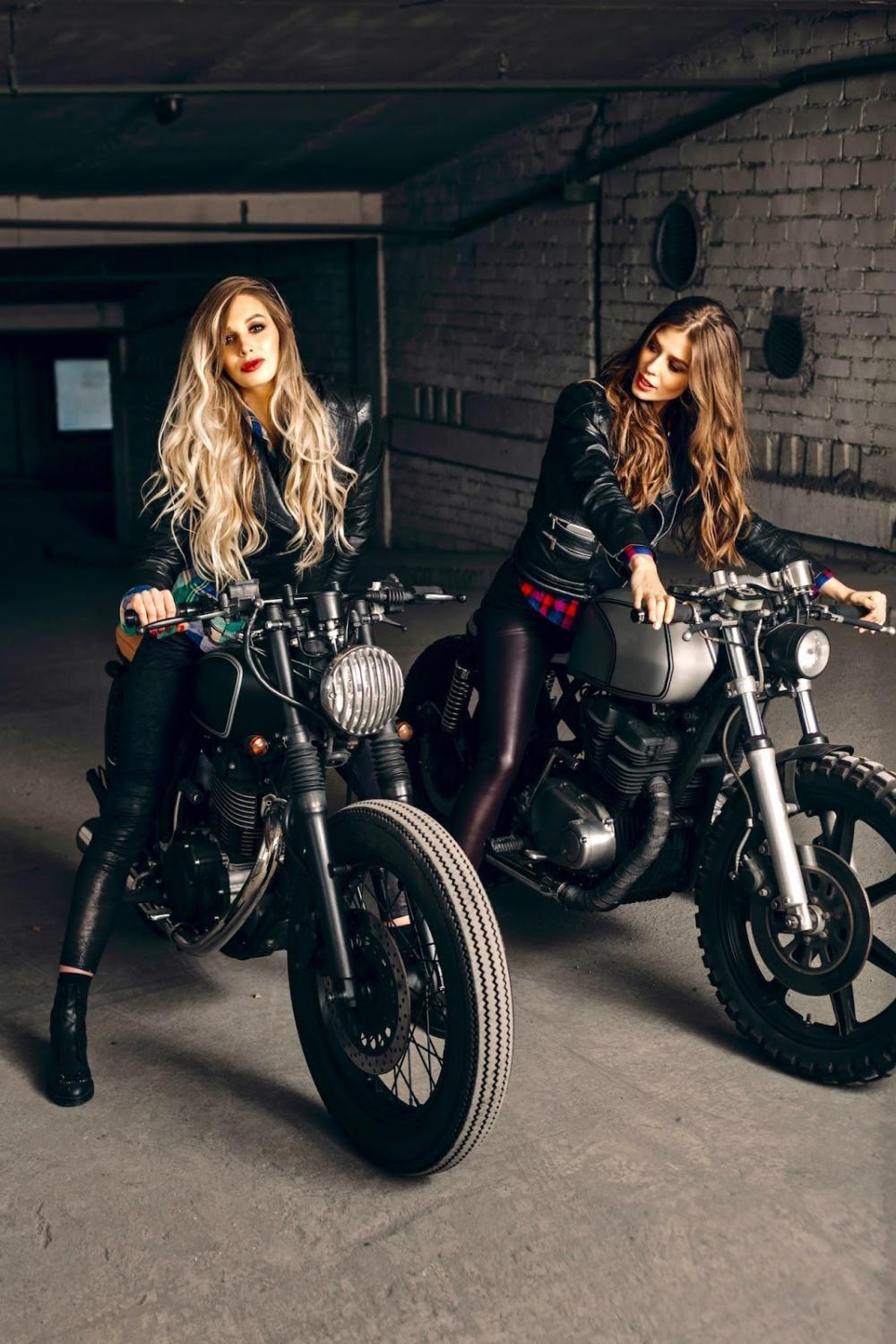 Hai cô nàng cá tính bên Yamaha SR400 và Yamaha XS400 độ