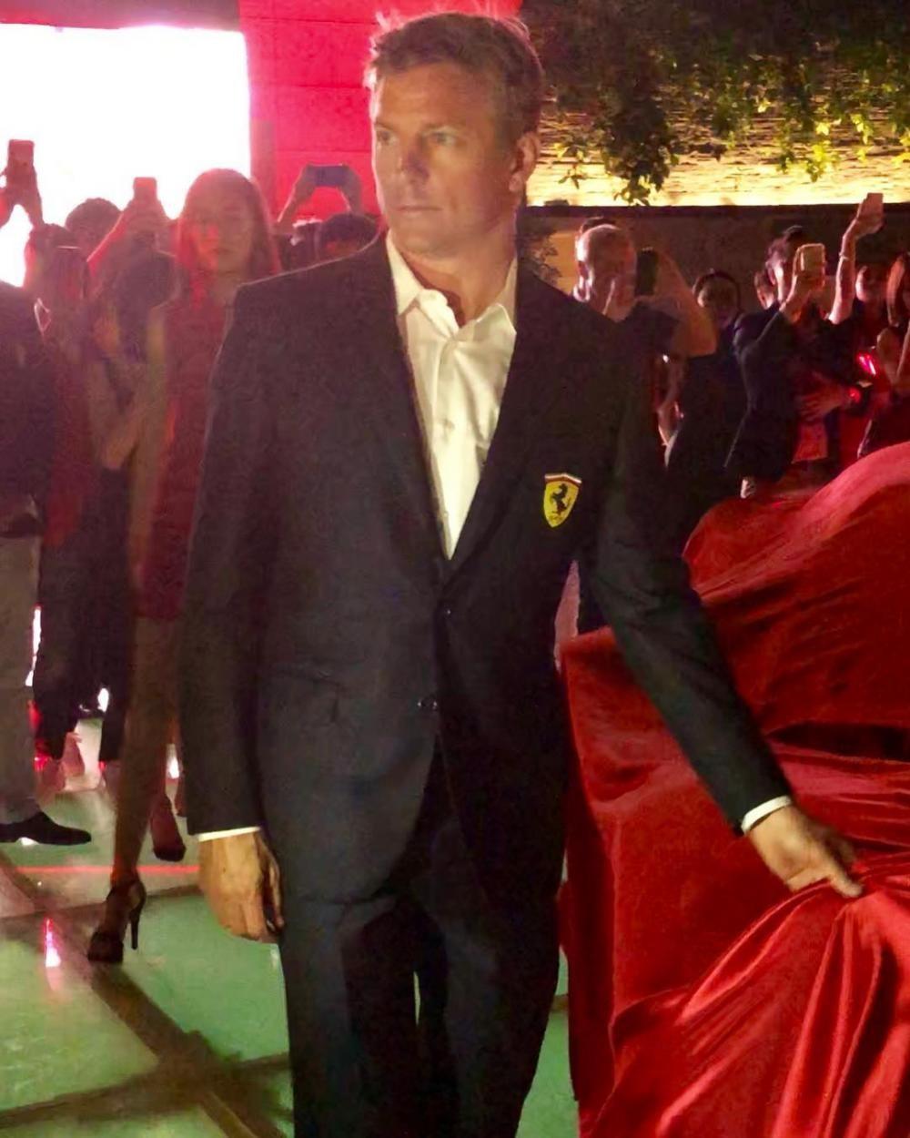 Đích thân tay đua Công thức 1 Kimi Raikkonen đã lột màn siêu xe Ferrari 488 Pista để giới thiệu đến giới nhà giàu Singapore