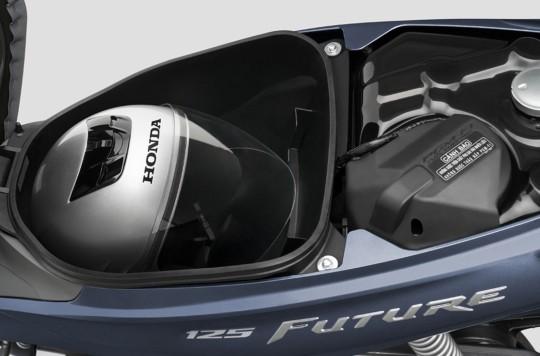 Hộc đồ dưới yên Honda Future có thể chứa được một mũ bảo hiểm fullface