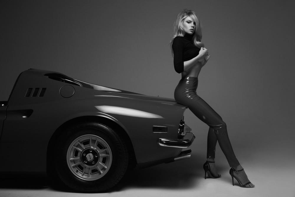 Người mẫu Charlotte McKinney bộc lộ thân hình bốc lửa cùng chiếc Ferrari cổ điển - 7