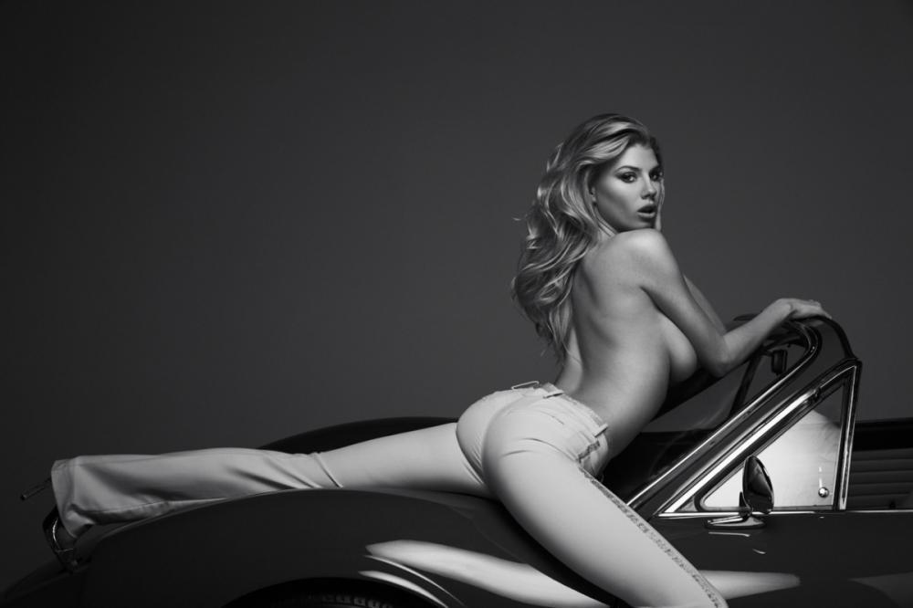 Người mẫu Charlotte McKinney bộc lộ thân hình bốc lửa cùng chiếc Ferrari cổ điển - 6