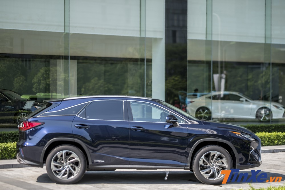 Giá bán hiện nay của Lexus RX450h tại Việt Nam là 4,5 tỷ VNĐ.