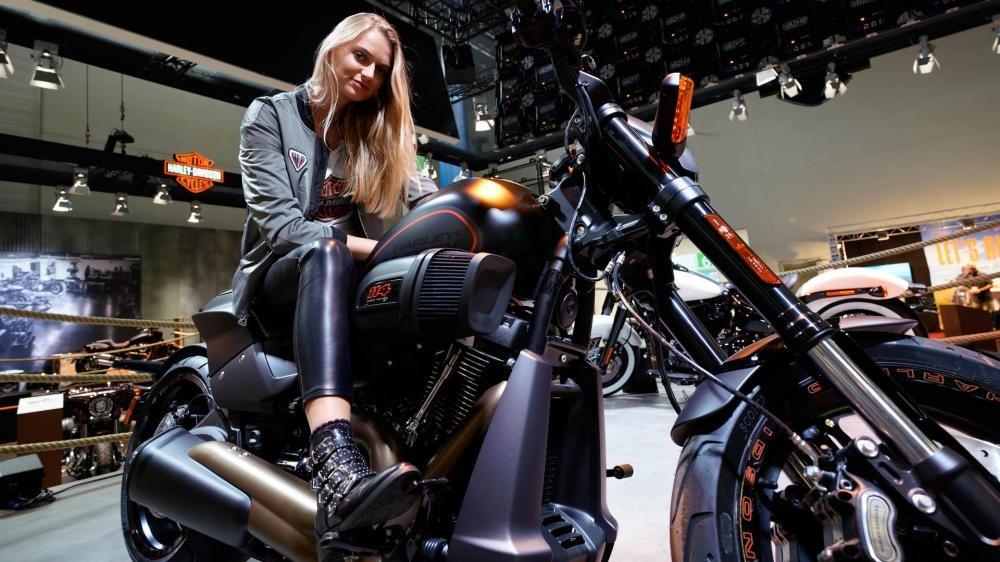 Không chỉ có mô tô đẹp, triển lãm Intermot 2018 còn có đầy người mẫu cá tính - 11