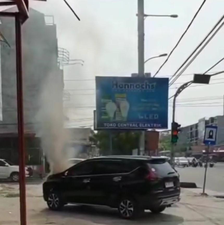 Chiếc Mitsubishi Xpander bốc cháy ở phần đầu xe