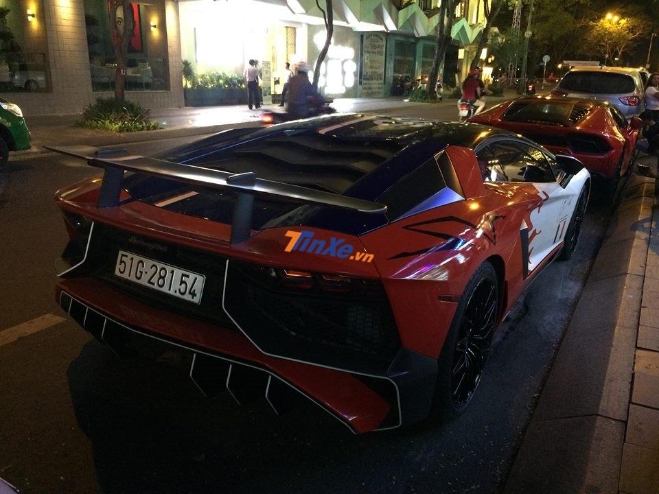 Minh Nhựa cũng xuất hiện trong buổi tiệc tối qua trên siêu xe hàng hiếm Lamborghini Aventador LP750-4 SV