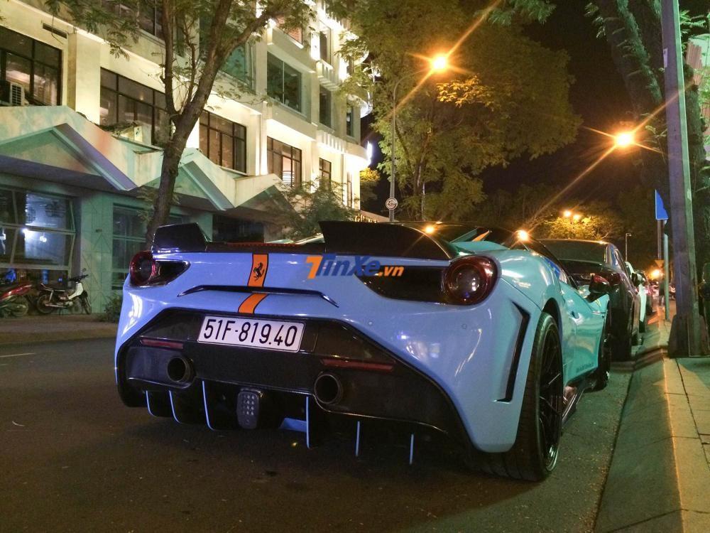 Mừng quán Lounge của một thành viên trong câu lạc bộ siêu xe tại Sài thành khai trương, những bạn bè đến chia vui trên những chiếc siêu xe đắt tiền có tổng trị giá gần 100 tỷ đồng