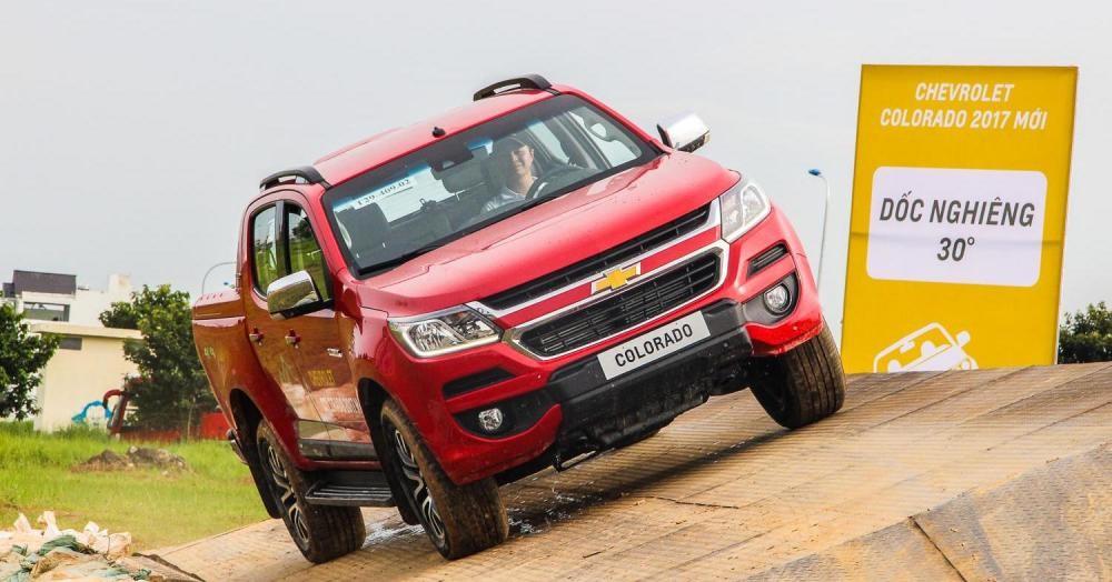 """Ford Ranger quay trở lại ngoạn mục """"hất cẳng"""" Chevrolet Colorado"""