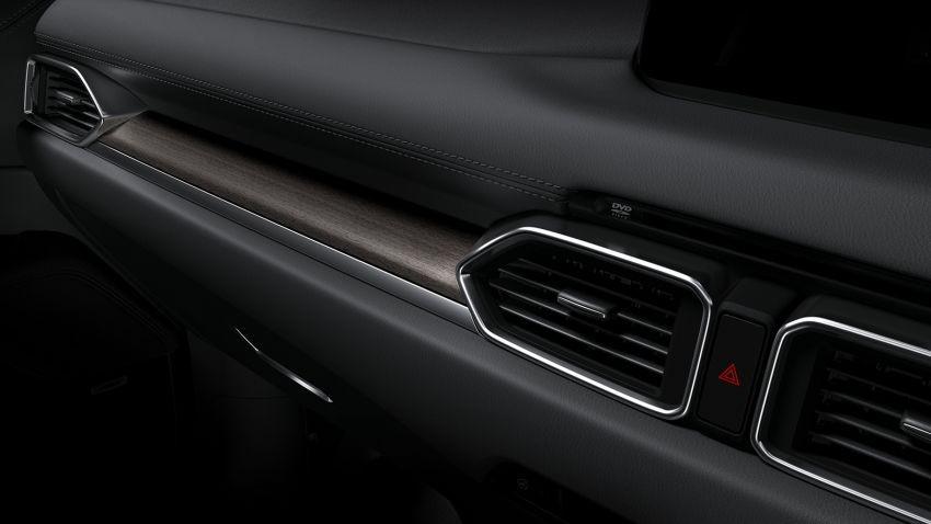 Nội thất của Mazda CX-5 Exclusive Mode 2019 còn được ốp gỗ thật