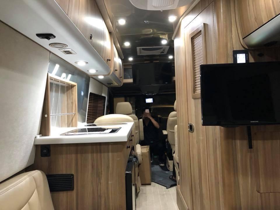 Không gian nội thất sang trọng và đẳng cấp của Mercedes-Benz AirStream Interstate Lounge