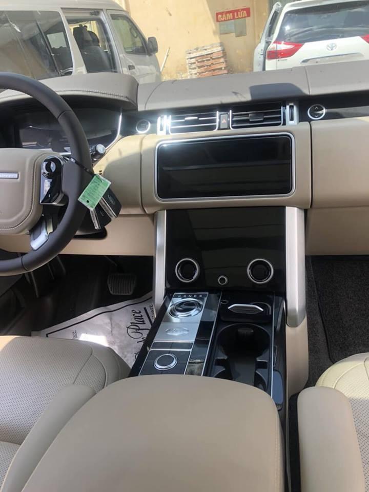 Range Rover HSE đời 2018 có hai màn hình cảm ứng 10 inch mới