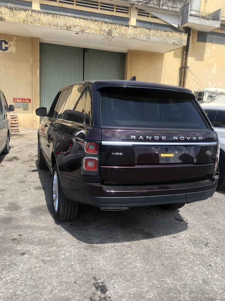 Range Rover HSE đời 2018 là bản nâng cấp với những thay đổi ở một số chi tiết như lưới tản nhiệt và đèn hậu thiết kế lại, đèn pha Pixel-Laser LED