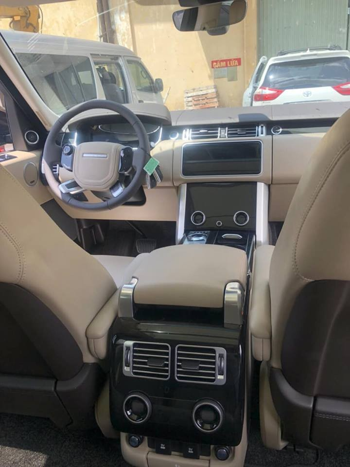Tất nhiên nội thất của chiếc Range Rover HSE 2018 này không thiếu các chi tiết được ốp gỗ bóng hay mạ crôm sáng bóng