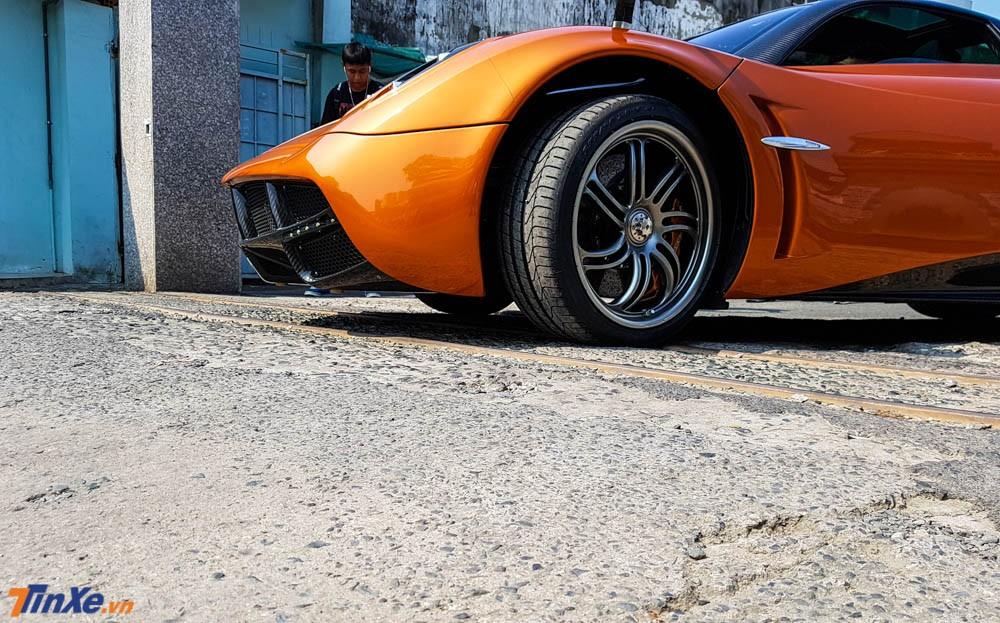 Siêu phẩm Pagani Huayra của Minh Nhựa được cho đi test xe với quãng đường dài khoảng 300