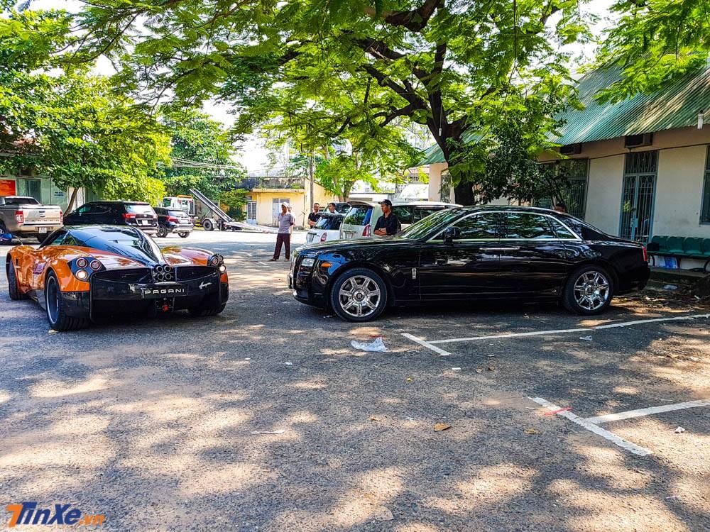 Minh Nhựa chọn chỗ đỗ cho Pagani Huayra cạnh chiếc Rolls-Royce Ghost của mình